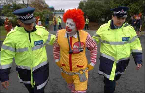 12 συλληφθέντες με αστεία ρούχα