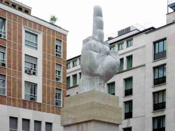 Άγαλμα στο μεσαίο δάχτυλο!