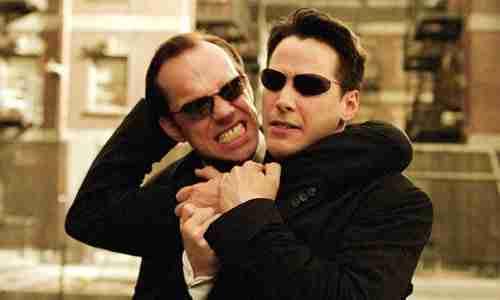 Ο Neo παλεύει με 100 Πράκτορες Σμιθς στο The Matrix Reloaded