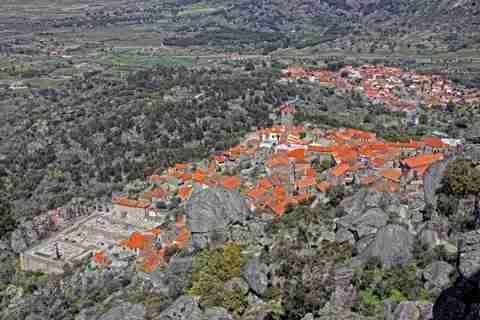 Ένα χωριό ανάμεσα σε βράχους