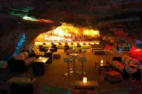 Alux Restaurant & Lounge: στο εσωτερικό μιας σπηλιάς