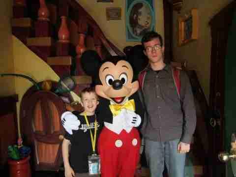 Ο πιο χαρούμενος επισκέπτης της Disneyland