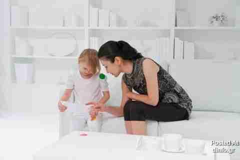 Παιδιά, αυτοκόλλητα και ένα λευκό δωμάτιο