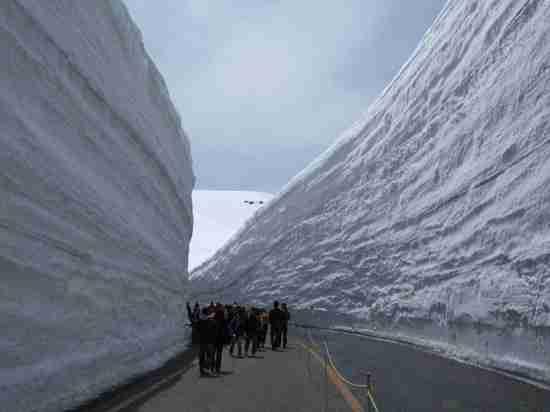 Ο δρόμος με τα τεράστια τείχη από χιόνι