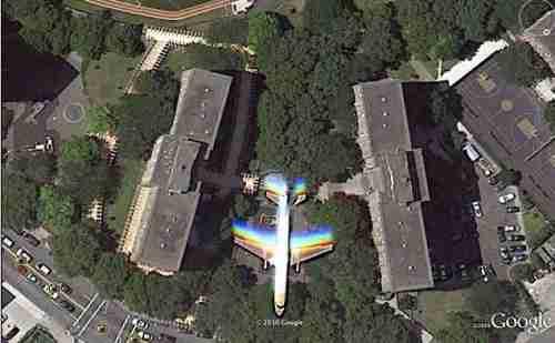 Ένα αεροπλάνο ανάμεσα σε κτίρια στο Μπρούκλιν.