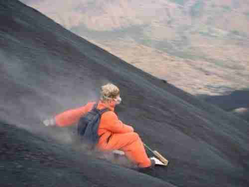Σερφάροντας στην πλαγιά ενός ενεργού ηφαιστείου