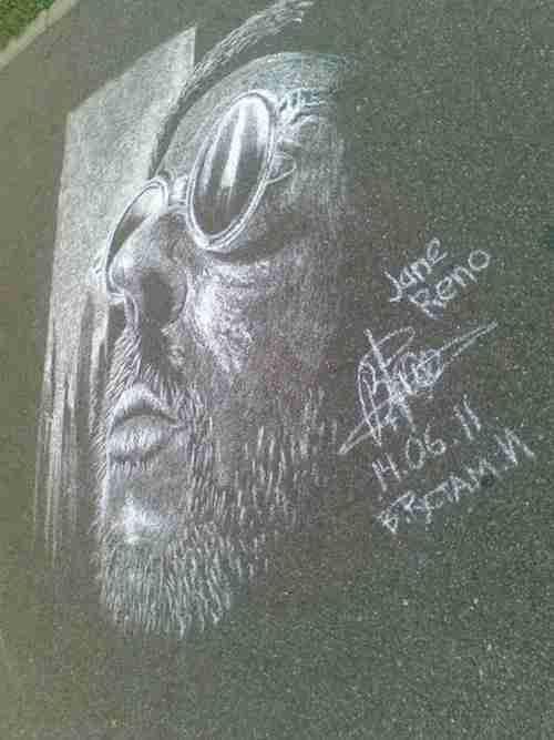 Ο 20χρονος που ζωγραφίζει στο πεζοδρόμιο