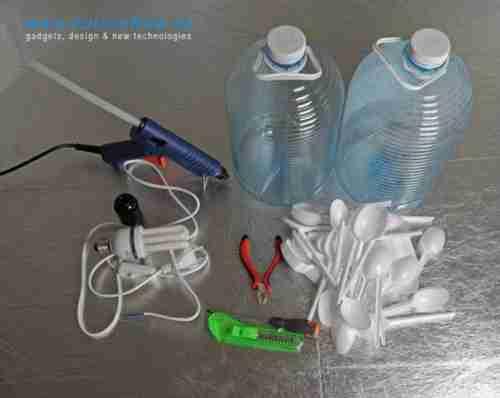 Όμορφη λάμπα από πλαστικά μπουκάλια και κουτάλια