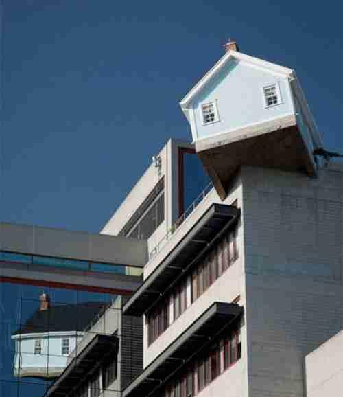 Το μικρό σπίτι στην κορυφή του κτιρίου
