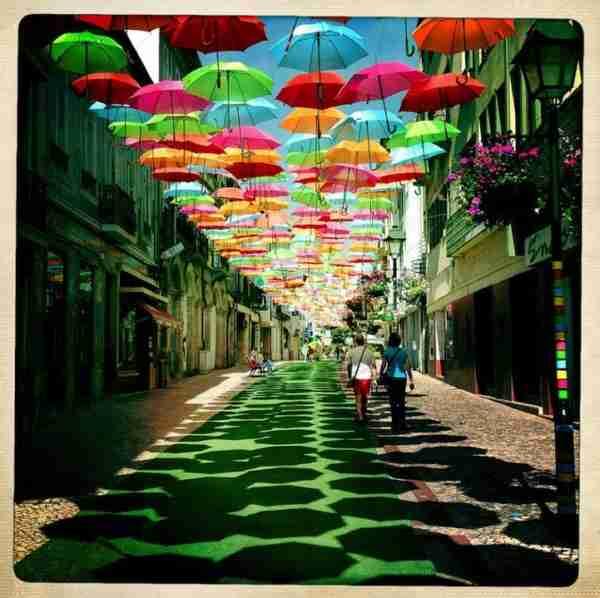 Πολύχρωμες ομπρέλες σκεπάζουν τον