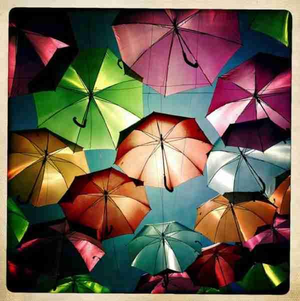 Πολύχρωμες ομπρέλες σκεπάζουν τον ουρανό της Πορτογαλίας