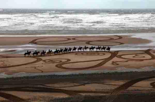 Ο Έβερτον Ράιτ ζωγραφίζει πάνω στην άμμο!