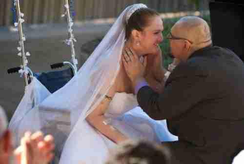 Γάμος στο προαύλιο του νοσοκομείου