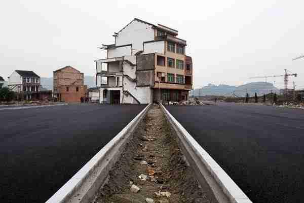 Ένα σπίτι στην μέση ενός αυτοκινητόδρομου