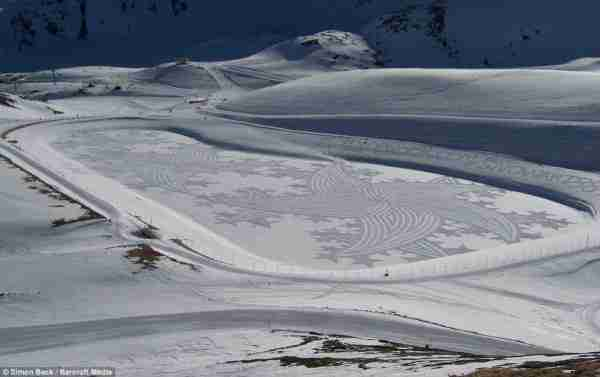Τα εκπληκτικά σχέδια στο χιόνι του Simon Beck