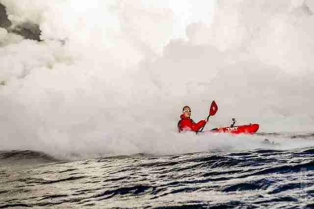 Καγιάκ μέσα στη φλεγόμενη θάλασσα