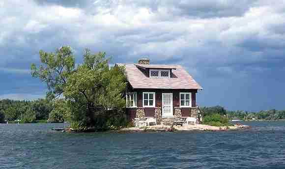 Το σπίτι πάνω σε ένα από τα μικρότερα νησιά στον κόσμο