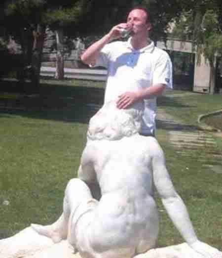 Άλλες 30 ξεκαρδιστικές περιπτώσεις παρενόχλησης αγαλμάτων