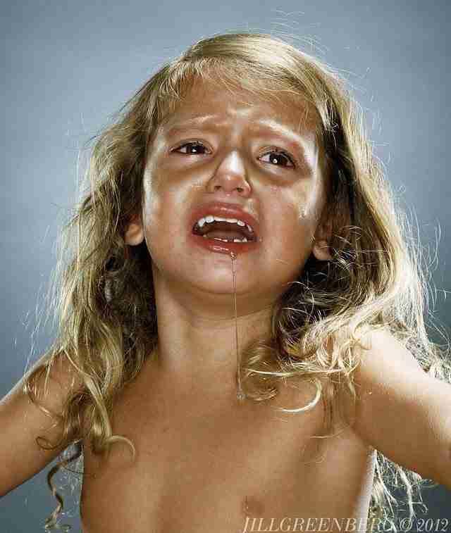 Φωτογράφος δίνει γλυφιτζούρι σε παιδιά και το ξαναπαίρνει πίσω