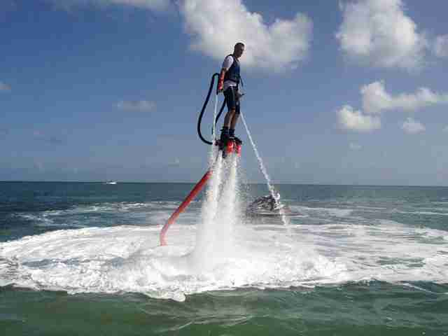 Flyboard, για απίθανες φιγούρες στο νερό!