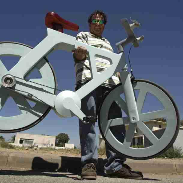 Ποδήλατο από ανακυκλωμένο χαρτόνι, πλαστικό και ελαστικά