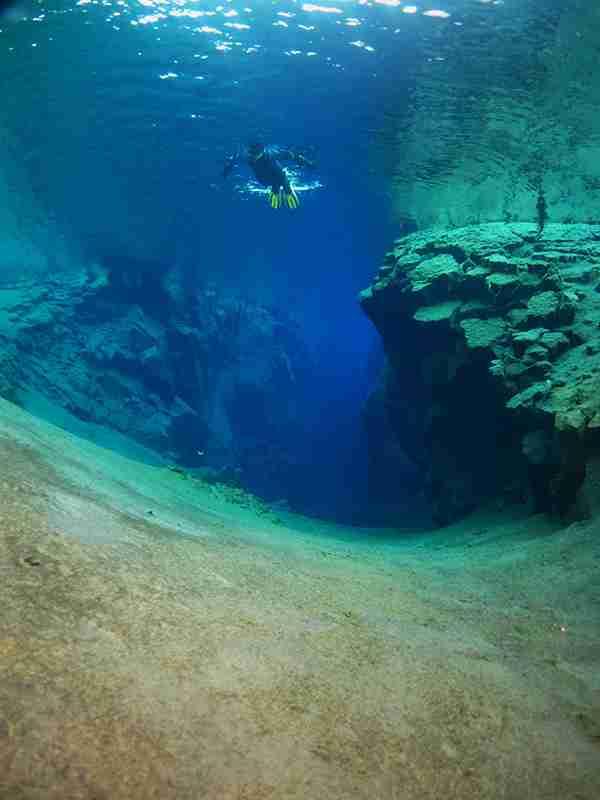 Silfra: Κολυμπώντας ανάμεσα σε δύο ηπείρους!