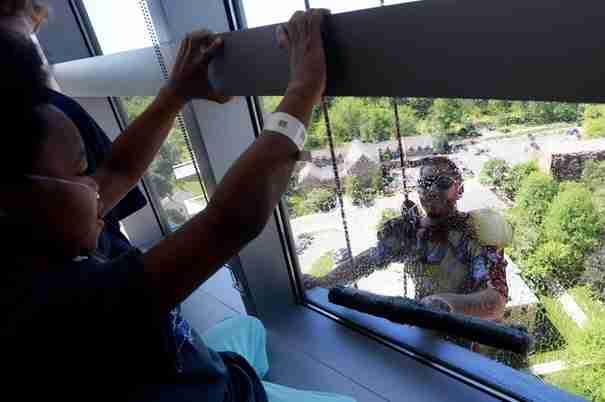 Ο Σούπερμαν καθαρίζει τα τζάμια νοσοκομείου για παιδιά