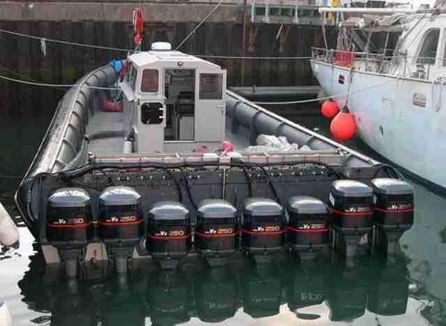 Βάρκα με 8 μηχανές