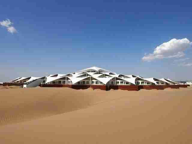 Ένα πολυτελέστατο ξενοδοχείο στη μέση της ερήμου!