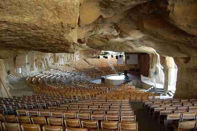 Εκκλησία χωρητικότητας 20.000 ανθρώπων μέσα σε σπηλιά