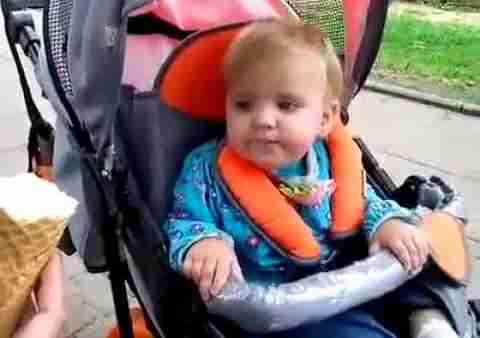 Μωρό δοκιμάζει για πρώτη φορά παγωτό!