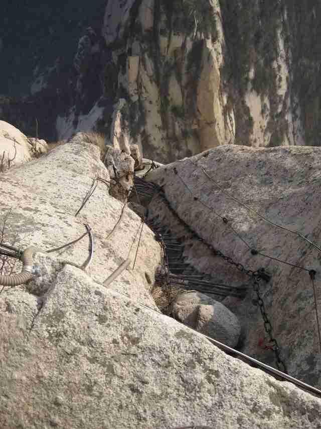 Τρομακτικό μονοπάτι από σανίδες χιλιάδες μέτρα ψηλά