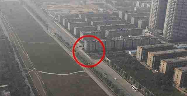 Έκτισαν κατά λάθος πολυκατοικία στη μέση ενός αυτοκινητόδρομου!