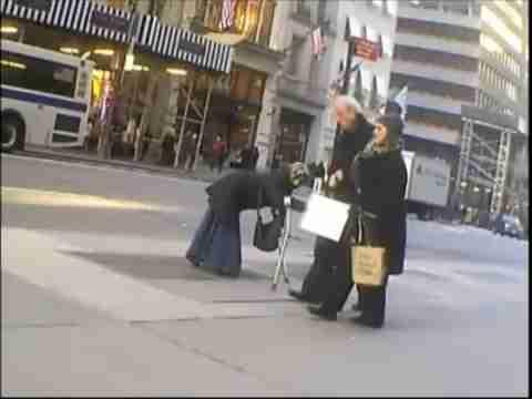 dinfo.gr - Nεαρή «ανάπηρη» ζητιάνα πετάει τα ρούχα μετά τη δουλειά