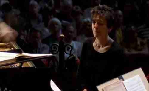 dinfo.gr - Όταν η πιανίστρια συνειδητοποιεί ότι η ορχήστρα παίζει άλλο κομμάτι