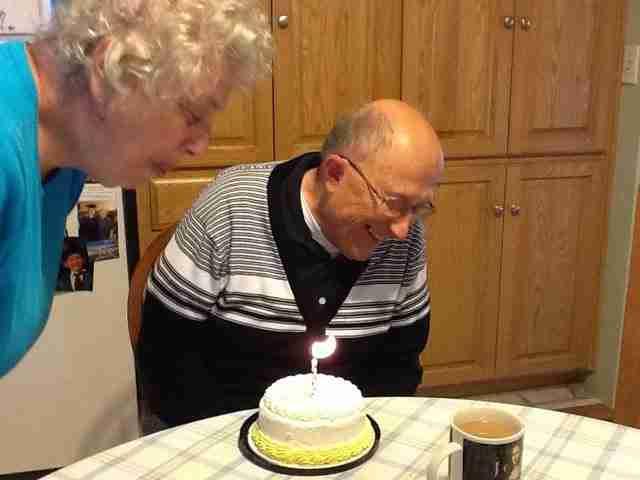 dinfo.gr - Η συγκινητική αντίδραση παππού με Αλτσχάιμερ όταν μαθαίνει ότι έχει γενέθλια