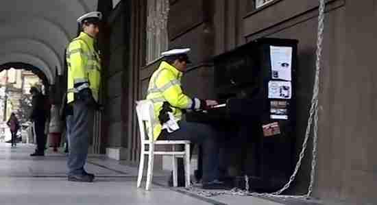 dinfo.gr - Αστυνομικός εντυπωσιάζει τους περαστικούς με αυτοσχέδιο ρεσιτάλ πιάνου