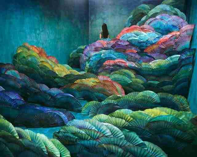 dinfo.gr - Καλλιτέχνης μετατρέπει το μικρoσκοπικό της στούντιο σε ονειρικά τοπία