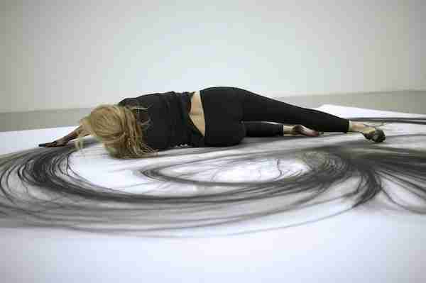 dinfo.gr - Γλιστράει το σώμα της πάνω σε ένας λευκό καμβά. Όταν δείτε γιατί, θα μείνετε άφωνοι!