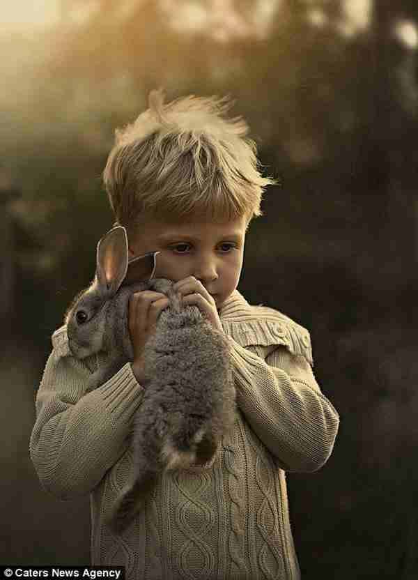 dinfo.gr - Μητέρα φωτογραφίζει με μαγικό τρόπο τα παιδιά της παρέα με ζώα