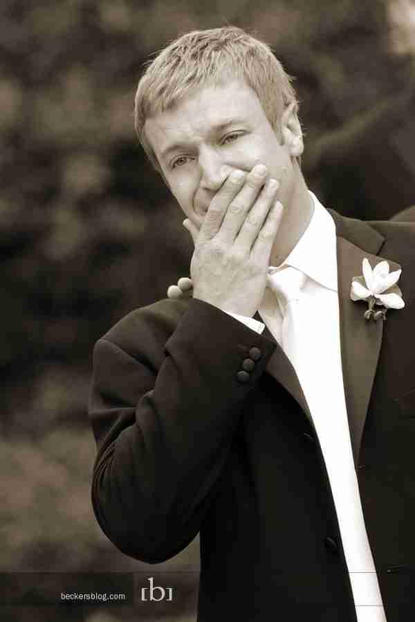 dinfo.gr - Η στιγμή που ο γαμπρός βλέπει για πρώτη φορά την νύφη με το νυφικό