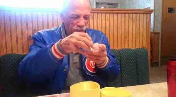 dinfo.gr - Η συγκινητική αντίδραση ενός άντρα που μαθαίνει ότι θα γίνει παππούς!