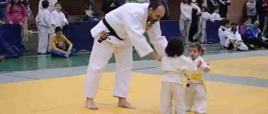 Δυο μικρά κοριτσάκια μάχονται στον πιο χαριτωμένο αγώνα Τζούντο που έχετε δει!