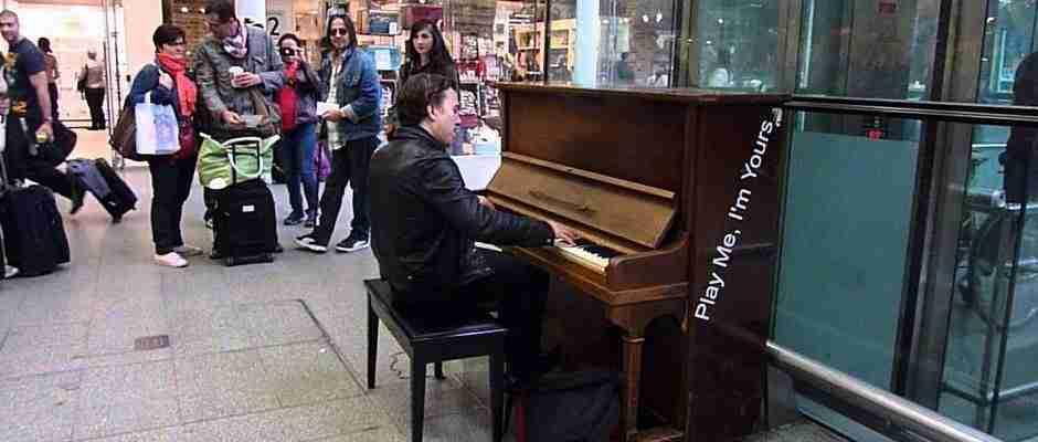 dinfo.gr - Επαγγελματίας μουσικός βλέπει ένα πιάνο σε σταθμό του Λονδίνου και αποφασίζει να δώσει μια μικρή παράσταση