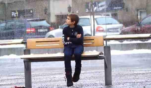dinfo.gr - Ένα παιδί χρειάζεται χρήματα για να αγοράσει φαγητό στην αδερφή του. Θα του δίνατε;