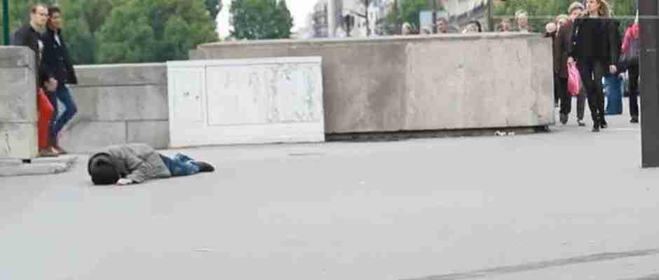dinfo.gr - Ένας πλούσιος και ένας φτωχός λυποθυμούν στο δρόμο. Ποιον θα βοηθήσουν οι περαστικοί;