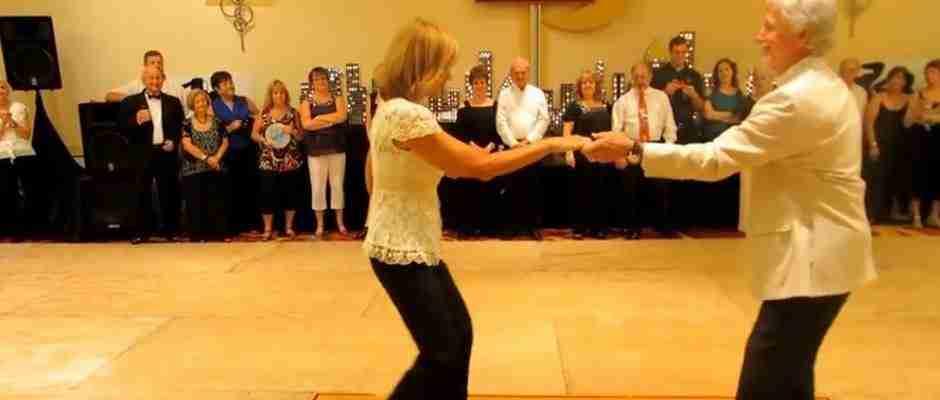 dinfo.gr - Όταν αυτό το ζευγάρι ηλιωμένων χορεύει, δεν μπορείς να τραβήξεις τα μάτια σου από πάνω του.