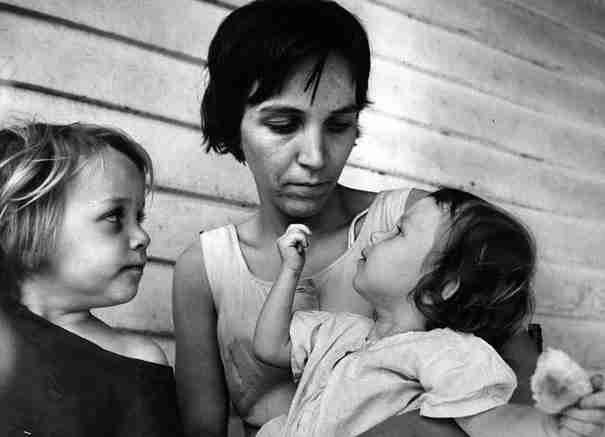"""Ένας 83χρονος φωτογράφος βρήκε στην αποθήκη του ένα κουτί που έγραφε από έξω τη λέξη """"Μητέρες"""" . Δείτε τι υπήρχε μέσα.. - dinfo.gr"""