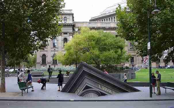 «Το κτίριο που βυθίζεται» , Κρατική Βιβλιοθήκη, Μελβούρνη, Αυστραλία