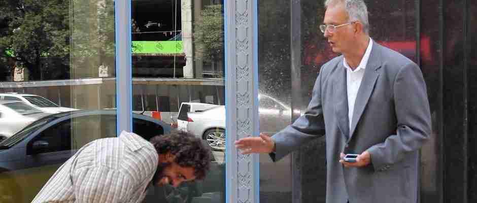 Φόρεσαν ένα κοστούμι σε έναν άστεγο και τον έστειλαν ξανά στους δρόμους να ζητήσει χρήματα